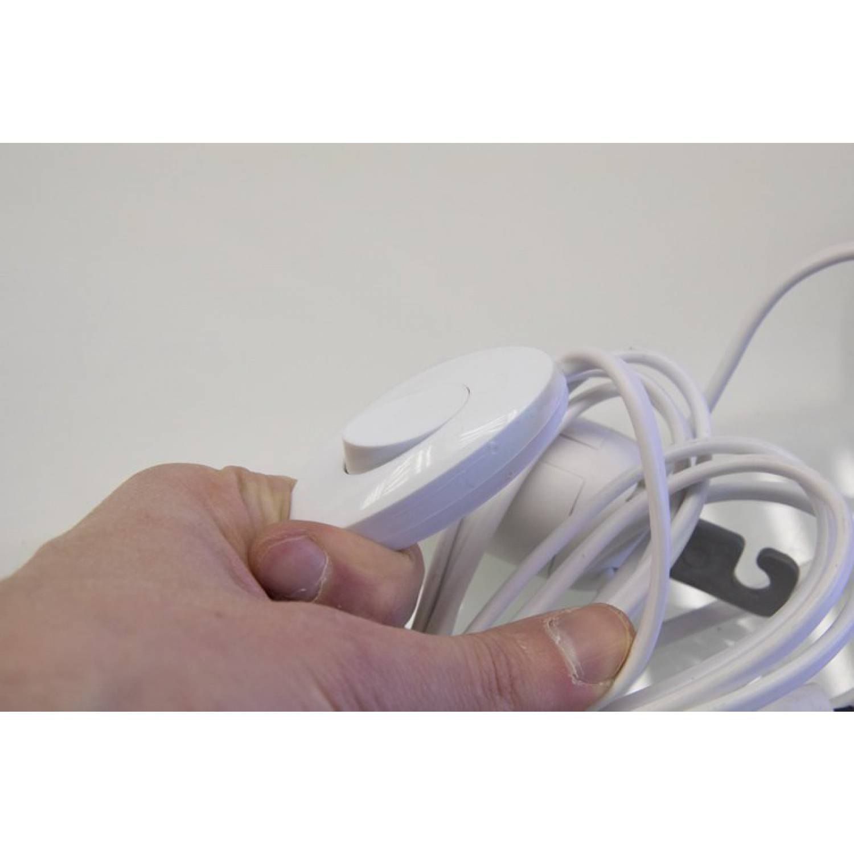 Провод с патронами оснащен выключателем